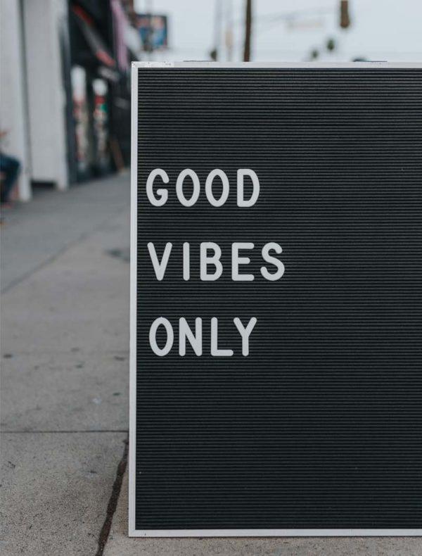 Lámina Frase Good Vibes