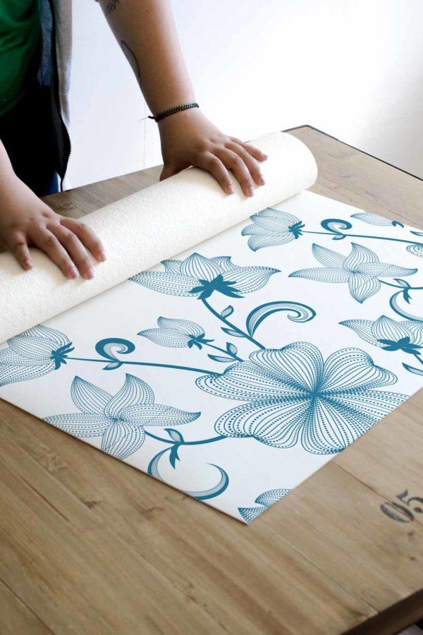 alfombra_enrollada_flores_vintage_azul