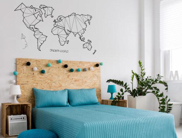 Vinilo mapa mundi origami aplicado en una habitacion