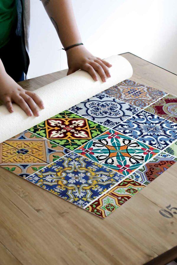 alfombra_enrollada_azulejos_colores