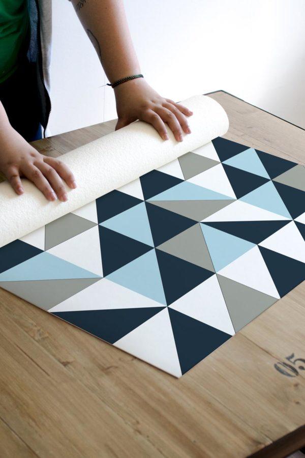 alfombra_enrollada_azulejo_geometrico_azul