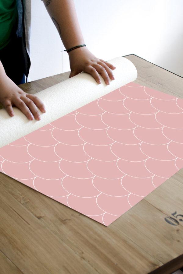 alfombra_enrollada-escamas-rosas