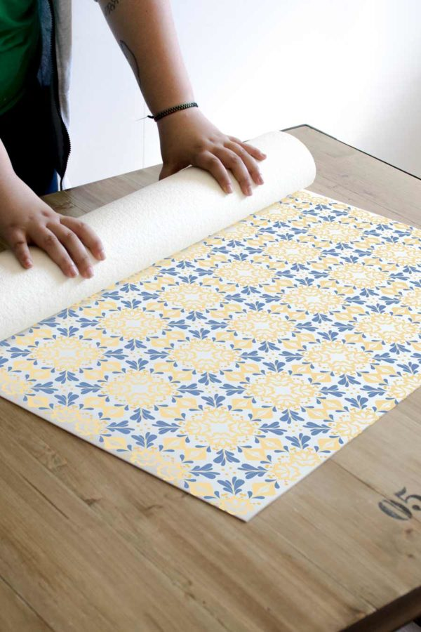 alfombra_enrollada_pattern_baldosas_hidraulicas_vintage_amarilla