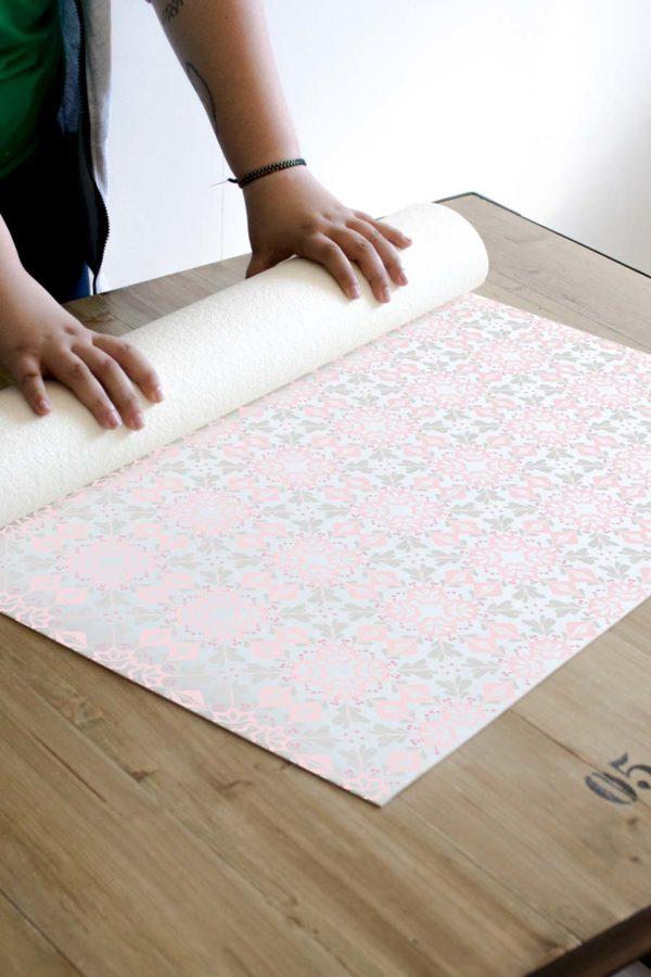 alfombra_enrollada_pattern_baldosas_hidraulicas_vintage_rosa