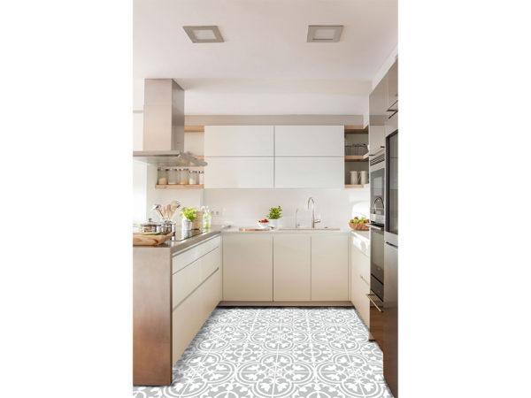 Cocina en blanco con granito en encimera paredes y suelo