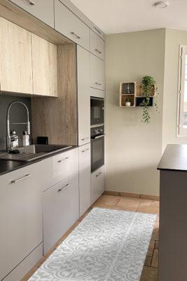Alfombra vinílica baldosa mediterránea light color gris claro con diseño en blanco