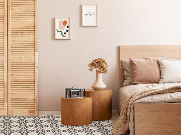Suelo vinílico Baldosas Tíbet Light en dormitorio con cama de madera