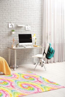 Alfombra Tie-Dye con colores rosados, amarillos y verdes en tonos pastel